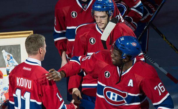 Montrealin pelaajat kättelivät Saku Koivun kanssa ennen illan ottelua.