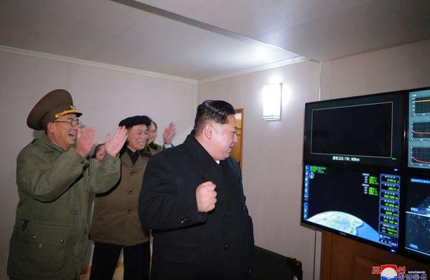 Pohjois-Korean diktaattori Kim Jong-un (kuvassa oikealla) ei ole peitellyt riemuaan maan ydinohjelman jymymenestyksestä. Yhdysvalloissa Pohjois-Korean ydin- ja ohjuskokeita seurataan päinvastaisilla tuntemuksilla.