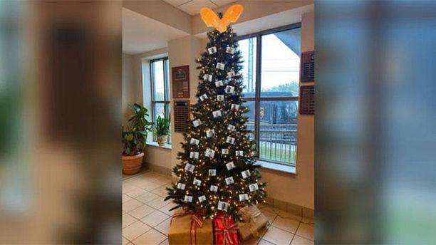 """Seriffin toimiston Facebook-sivulla julkaistu kuva """"roisto-joulukuusesta"""" on saanut aikaan vastalauseiden aallon."""