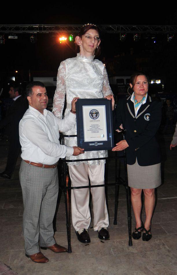 Gelgi on jo aiemmin kruunattu maailman pisimmäksi eläväksi teinitytöksi. Kuva vuodelta 2014, jolloin hän oli 213-senttinen.