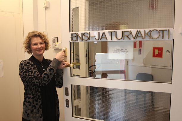 Sosiaalityöntekijä Milka Suuniittu-Sakari sanoo miesten tarvitsevan turvakodin apua yhä enemmän.