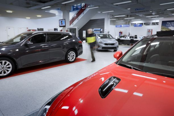Kun uusia autoja ei mene kaupaksi, niin autoliikkeet alkavat kärsiä vaihtoautojen puutteesta.
