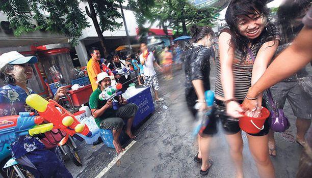 Vesisotaa Bangkokissa Levottomuuksista kärsineessä Thaimaassa oikeat aseet vaihtuivat vesipyssyihin, kun ihmiset juhlivat railakasta vesifestivaalia paikallisen uudenvuoden kunniaksi.