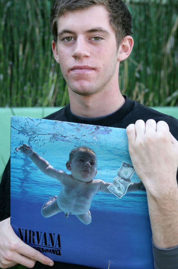 Spencer Elden esittelee Nevermindin kantta. Spencer itse on kannen uimarivauva.