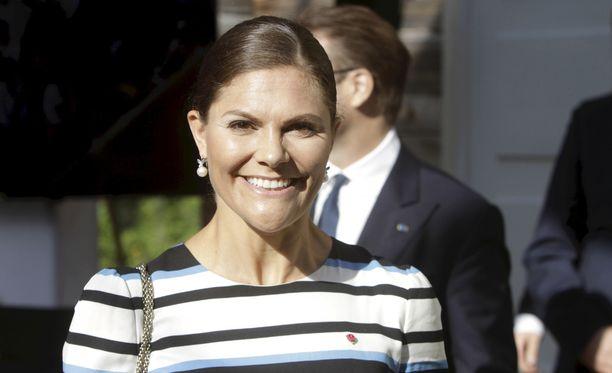 Kruununprinsessa Victoria käy ympäri Ruotsia maakunnissa tervehtimässä paikallisia asukkaita.