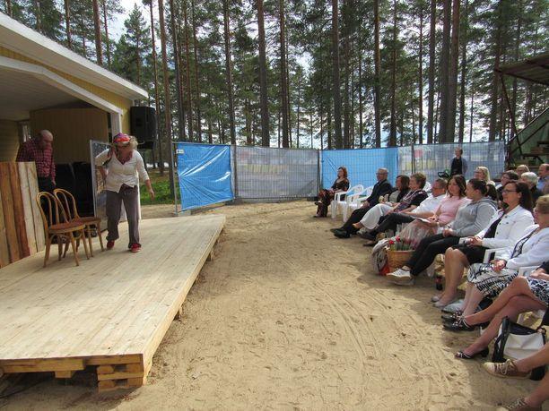 Suku katseli kesäteatteriesitystä sukukokouksen jälkeen. Kalevi Keihäsen leski Tuovi Keihänen ei saapunut sukukokoukseen.