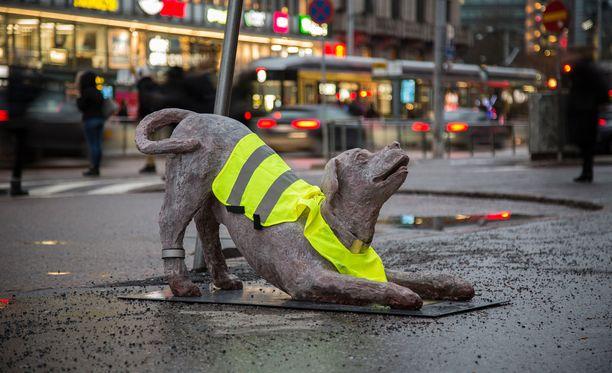 Huomioliivi auttaa kävelijöitä huomaamaan patsaan.