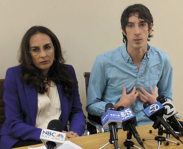James Damore (oik.) ja hänen asianajajansa Harmeet Dhillon kertoivat kanteesta maanantaina San Franciscossa.