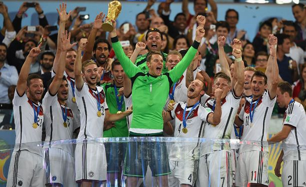 Maailmanmestari Saksa juhlii Manuel Neuerin johdolla pitkään.