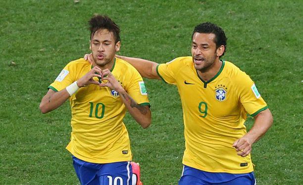 Neymar ja Fredi juhlivat tasoitusmaalia 27. minuutilla.