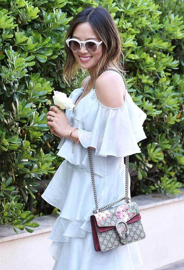 Tämän kesän villitykseksi on noussut olkapäiden paljastelu, ja hapsulaukkujen sijaan bloggaajien olalla heiluvat Guccin leidimäiset laukut.