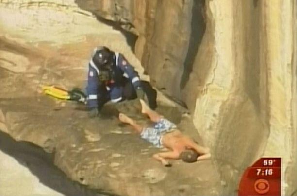 HERÄTYS Pelastusmies joutui ravistelemaan sammuneen nuorukaisen hereille.