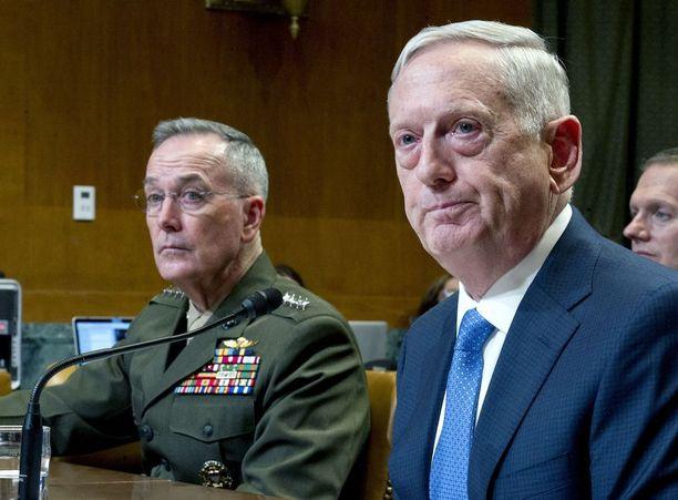 Puolustusminsiteri James Mattis (oik.) ja asevoimien komentaja Joseph Dunford puhuvat senaatille Pohjois-Koreasta keskiviikkona.