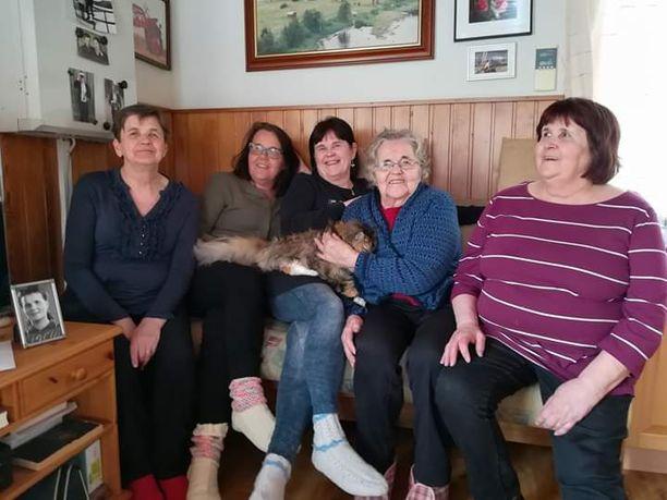 Elina Kämäräisellä on kahdeksan lasta. Kuvassa ympärillä tyttäret Helena, Kristina, Eija ja Sirkka.