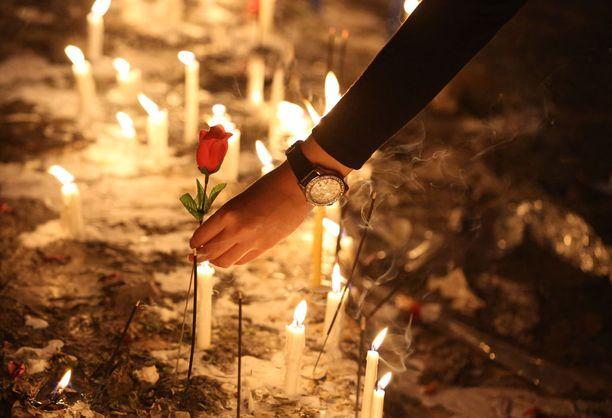 Nainen laski lauantaina ruusun kynttilämeren keskelle Bagdadissa paikassa, jossa rekalla tehty pommi-isku surmasi lähes 300 ihmistä.