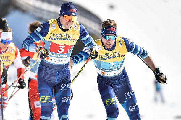 Ristomatti Hakola (vas.) ja Joni Mäki muodostivat hopeaa voittaneen duon MM-kisojen pariviestissä aiemmin tällä kaudella.