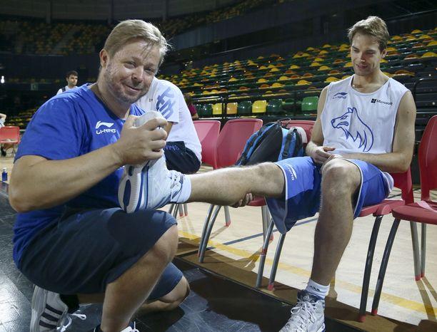 Marko Yrjövuori (vasemmalla) on Los Angeles Lakers -pestinsä lisäksi huolehtinut myös Susijengin hyvinvoinnista. Kuvassa Petteri Koposen jalat venytetään kuntoon.