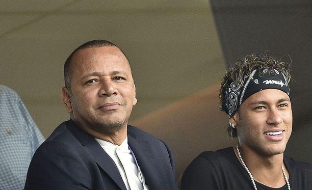SG:ssä pelaavan brasialaistähden isä Neymar senior on uhrannut elämänsä poikansa menestykselle ja hankkinut tämän managerina perheelleen alati kasvavan miljoonaomaisuuden. Rahaliikennettä hoidetaan heidän NN Consultoria -yhtiön kautta.