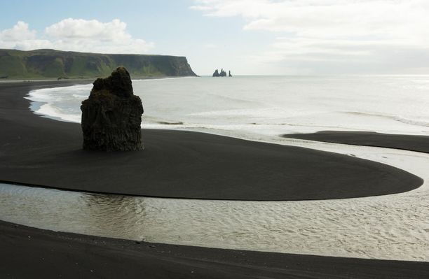 Reynisfjara. Islanti: Tässä on yksi Islannin kuuluisimmista rannoista. Erikoisten maisemien lisäksi siellä vielä ihmetellä runsasta linnustoa, kuten lunneja ja myrskylintuja.