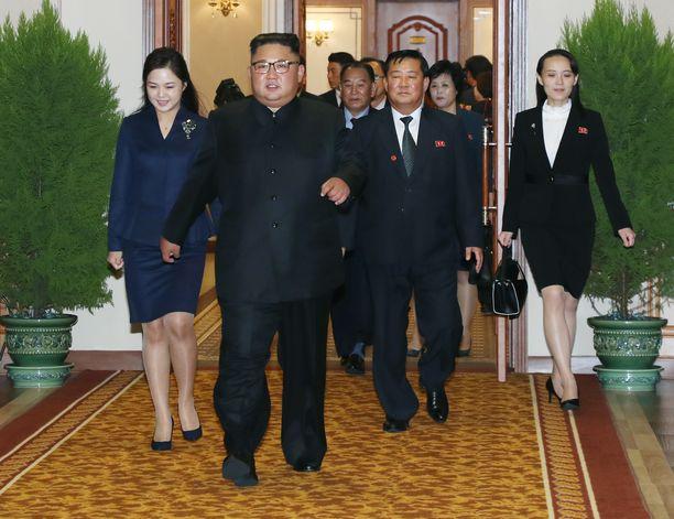 Kim Jong-unin vaimo Ri Sol-ju (kuvassa vasemmalla) ja sisko Kim Yo-jong (kuvassa oikealla) on nähty viime aikoina vain harvoin julkisuudessa. Kuva vuodelta 2018.