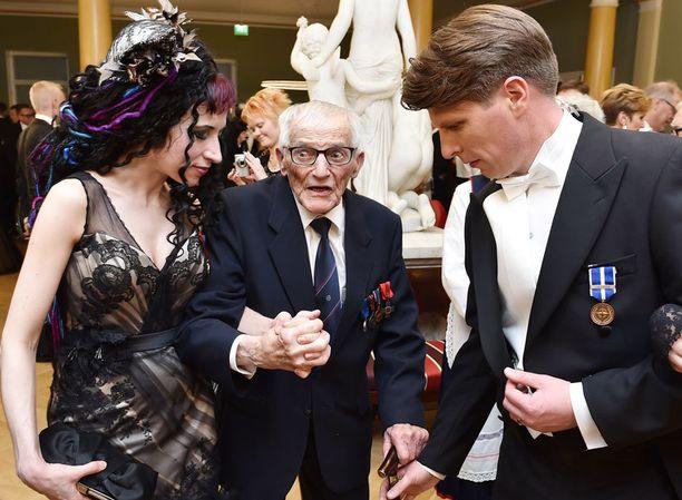 Menestyskirjailija Sofi Oksanen vastasi ilahtuneena myöntävästi, kun sotaveteraani Hannes Hynönen pyysi tanssiin.