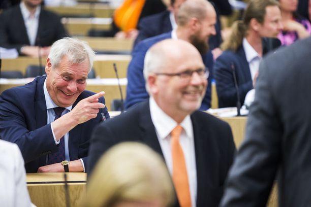 Kansanedustaja Eero Heinäluoma (sd): kulisseissa komissaaripeliä? SDP:n puheenjohtajaa Antti Rinnettä naurattaa.
