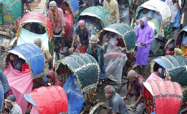 Kuvituskuva Bangladeshista riksakuskeista.