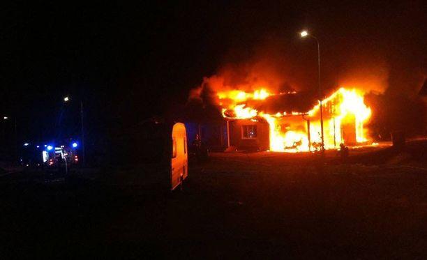 Nukkumassa ollut mies, avovaimo ja 1-vuotias lapsi pelastautuivat täpärästi tulipalosta, joka tuhosi talon ja kaiken irtaimiston.