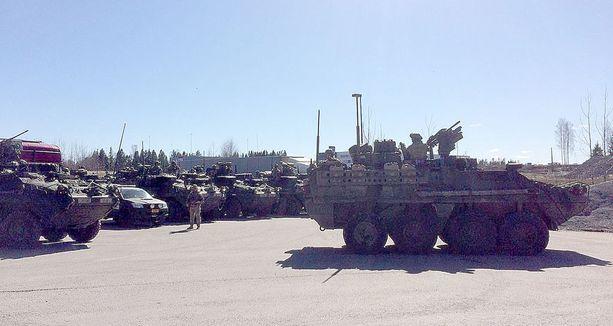 Liikkeellä on ollut ainakin amerikkalaisia Stryker-miehistönkuljetusvaunuja ja M1 Abrams -taisteluvaunuja.