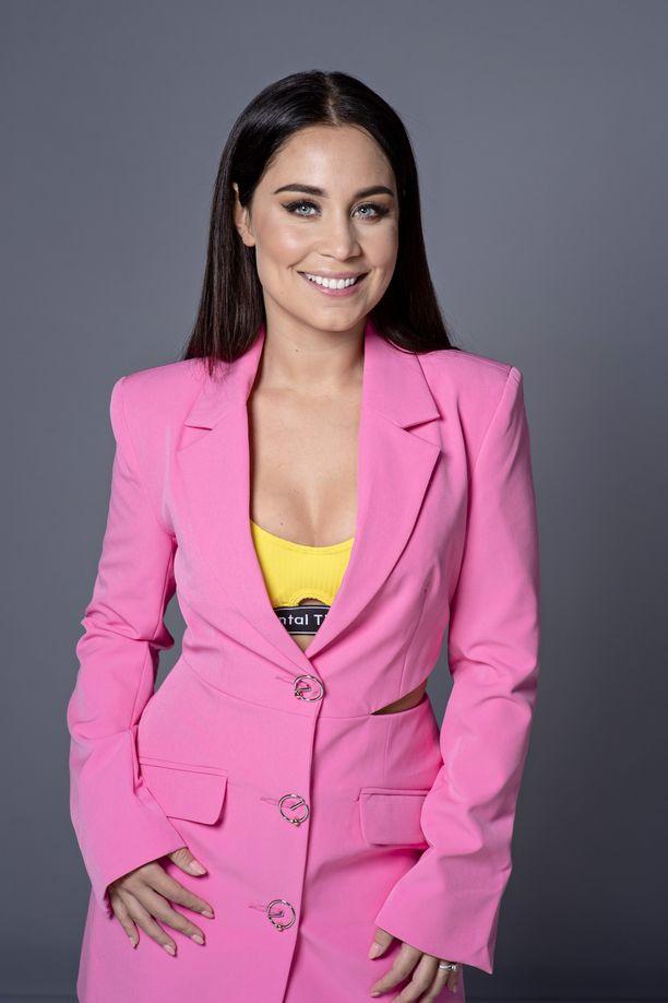 Laulaja Anna Abreun tyyli mukailee yleensä muodin viimeisiä käänteitä. Kuvassa hän poseeraa trendikkäässä vaaleanpunaisessa bleiserissä ja keltaisessa topissa.