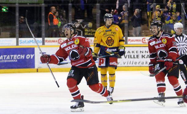 Matti Kuparinen tuuletti raivokkaasti voitto-osumaa, joka takasi Ässille puolivälieräpaikan.
