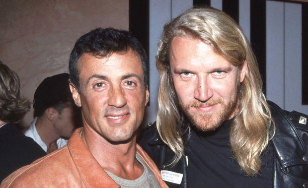 Sylvester Stallone on yksi Planet Hollywood -teemaravintolan perustajista ja rahoittajista. Kuvassa Stallone ja Renny Harlin ravintolan avajaisissa vuonna 1992.