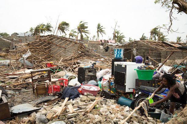 Nainen ripusti pyykkejä kuivumaan pahoin tuhoutuneessa Beirassa.