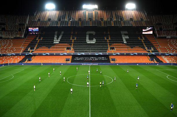 Näin oudolta näyttää, kun Mestarien liigaa pelataan tyhjällä stadionilla.