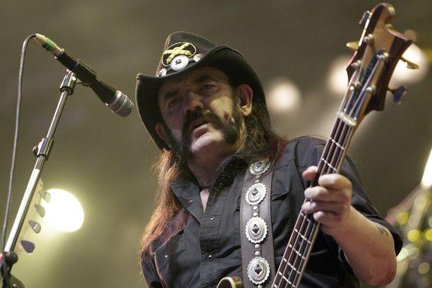 Motörheadin keulakuva Lemmy Kilmister muistetaan musiikkinsa lisäksi viiksistään, hatustaan ja suuresta persoonastaan.