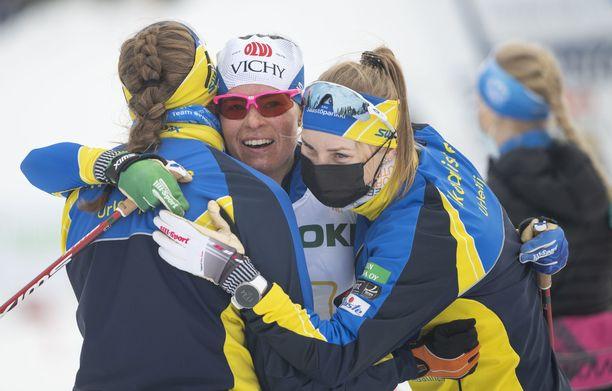 Maaret Pajunoja (vas.), Krista Pärmäkoski ja Katariina Lonka ovat Suomen mestareita.
