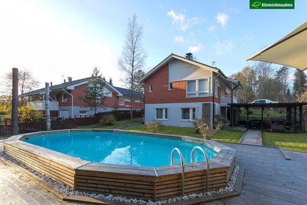 Sipoossa sijaitsevan omakotitalon uima-allas on erillään talon katetusta terassista.