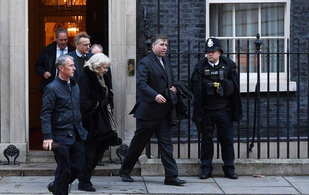 Kansanedustajia kaikista puolueista on juossut torstaina pääministerin virka-asunnolla Downing Street 10:ssä.