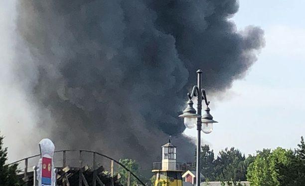 Teemapuistosta nousi runsaasti mustaa savua.