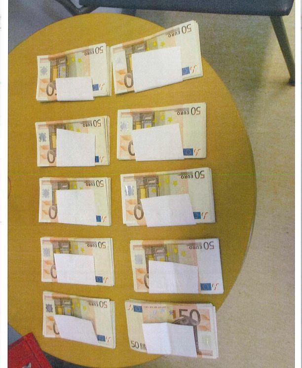 Nämä rahat löytyivät Elomaan kotoa. Kymppitonnin verran rahaa oli kylpytakin taskussa.