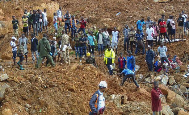 Pelastustyöntekijät etsivät kadonneita Sierra Leonen pääkaupungissa Freetownissa.