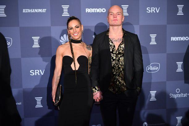 Eva Wahlström saapui juhlimaan miehensä Niklas Räsäsen kanssa.