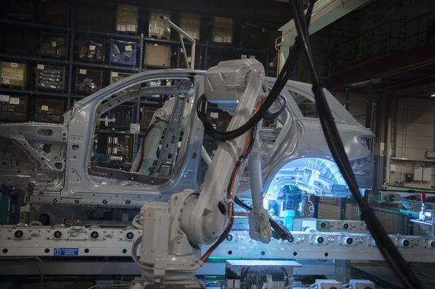 Uudenkaupungin autotehtaan hitsaamossa työskentelee 316 robottia.