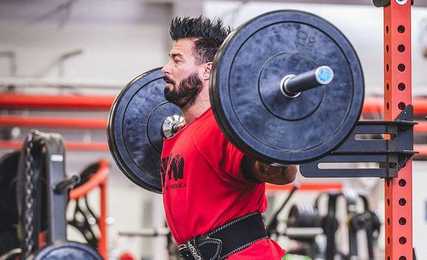 Haluatko vihdoin saada pyöreän pepun? Kaikista tehokkaimmat liikkeet ovat perusliikkeitä vapailla painoilla, sanoo kehonrakentaja Mika Nyyssölä.