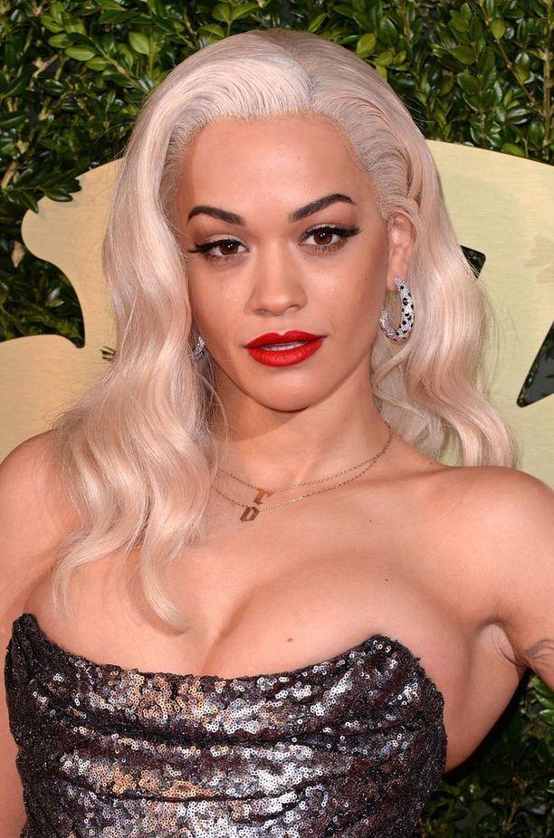 Rita Ora platinablondina. Hyvältä näyttää, mutta vertailu lämpimään hiusväriin todistaa Johanin sanat todeksi.