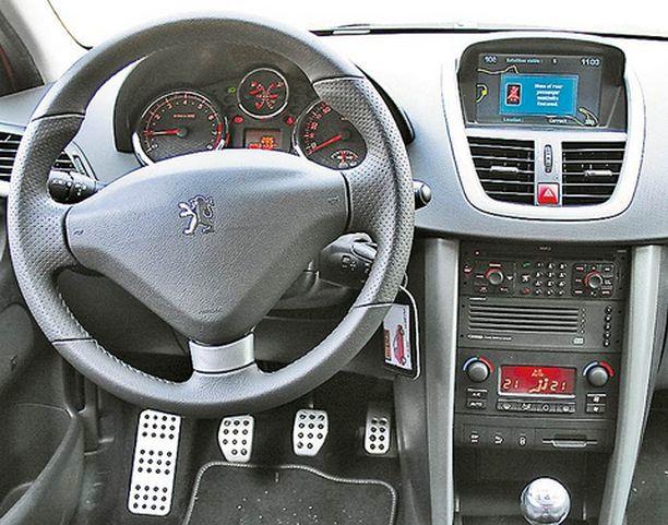 Vakioautomaatti-ilmastointi on kaksivyöhykkeinen - kummallekin etupenkkiläiselle oma säätönsä. Valinnainen navi vaatii vahvaa rutiinia tai apukuskin, että käyttö onnistuisi ajon aikana.