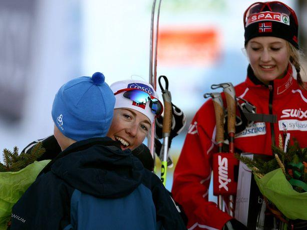 Norjalaiset Kristin Steira (vas.) ja Ingvild Flugstadt Östberg tekivät räikeää sijojen vaihtelua Tour de Skin etapilla Sveitsissä kaudella 2012-13. Kuva ei ole kyseistä tapahtumasta.