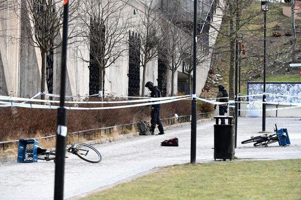 Poliisi teki sunnuntaina iltapäivällä teknistä tutkintaa räjähdyspaikalla Vårby gårdin metroaseman edustalla.