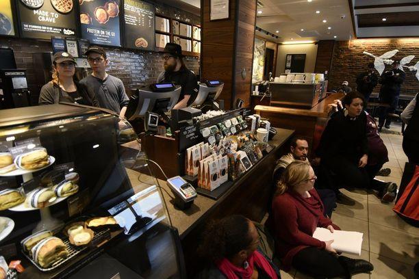 Istumamielenosoitus Philadelphiassa sijaitsevassa Starbucksissa maanantaina.