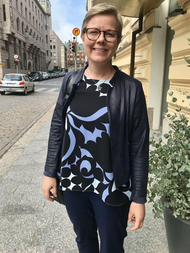 Ympäristö ja ilmastoministeri Krista Mikkosen (vihr) mukaan hallituksen tavoitteena on ohjata yrityksiä luopumaan fossiilisten polttoaineiden käytöstä.